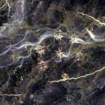La stessa immagine di prima elaborata per evidenziare i particolari, si osservano comete, flussi energetici e lampi di una qualche natura astronomica, non ché l'insieme dell'immagine potrebbe essere la rappresentazione 3D del sistema planetario.