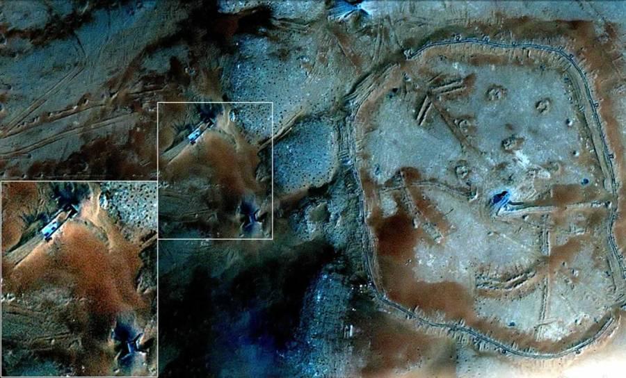 Come si osserva dall'immagine e dall'ingrandimento di una porzione di essa, si vede la presenza di una rampa, di alcuni mezzi e di un ingresso in una galleria, evidenza che la ricerca attorno ai geoglifi si estende anche nel sottosuolo.