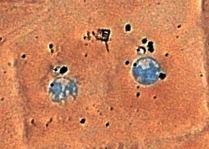 Questo particolare geoglifo rappresenta due planisferi e da quanto sarebbe raffigurato si riferirebbe ad un periodo storico assai lontano nel tempo in cui l'assetto terrestre era in pratica opposto a quello attuale, si possono notare anche delle isole a destra e a sinistra del continente sudamericano e potrebbero essere le famose isole di Atlantide e Mu. L'altro emisfero mostrerebbe una conformazione delle terre emerse che assomiglia alla Pangea, quindi in un periodo assai più remoto; i due petroglifi hanno la particolarità di essere colorati ed entrambi hanno un diametro di 15 metri; è possibile che nell'area circostante sotto le sabbia si celino altri planisferi che raccontino l'evoluzione della deriva dei continenti.