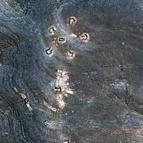 """Questo petroglifo potrebbe essere il simbolo di un alternatore o di un generatore, mentre i petroglifi più in basso rappresentare le """"spurie"""" che potrebbero generarsi dall'ipotetico componente."""