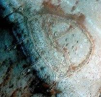 """Un """"geoglifo"""" apparentemente integro, da quanto si può osservare sembra che le strutture in esso sepolte abbiano le stesse caratteristiche del precedente."""