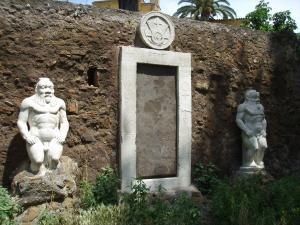 http://rominamalizia.wordpress.com/2013/07/15/porta-alchemica-piazza-victorio-a-roma-porta-ermetica-porta-magica-porta-dei-cieli/