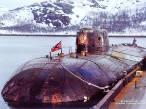 Fonte immagine: http://02varvara.wordpress.com/2010/07/25/the-city-of-kursk-paid-its-respects-to-the-dead-of-the-submarine-%E2%80%9Ckursk%E2%80%9D-on-navy-day/01-k141-kursk-02/